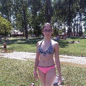 Brillenträgerin im Bikini