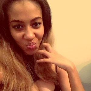 Afrikanerin mit Duckface